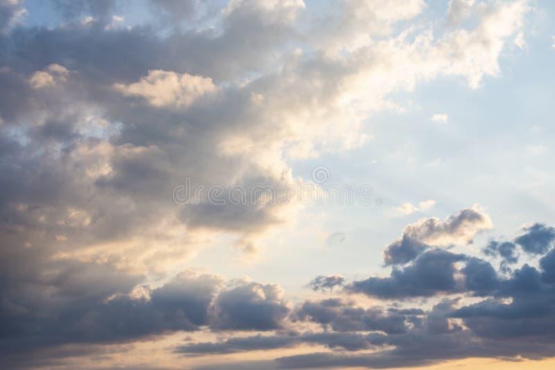 在天空蔚蓝的黑暗的雷雨云 与云彩的抽象背景在天空蔚蓝 库存照片