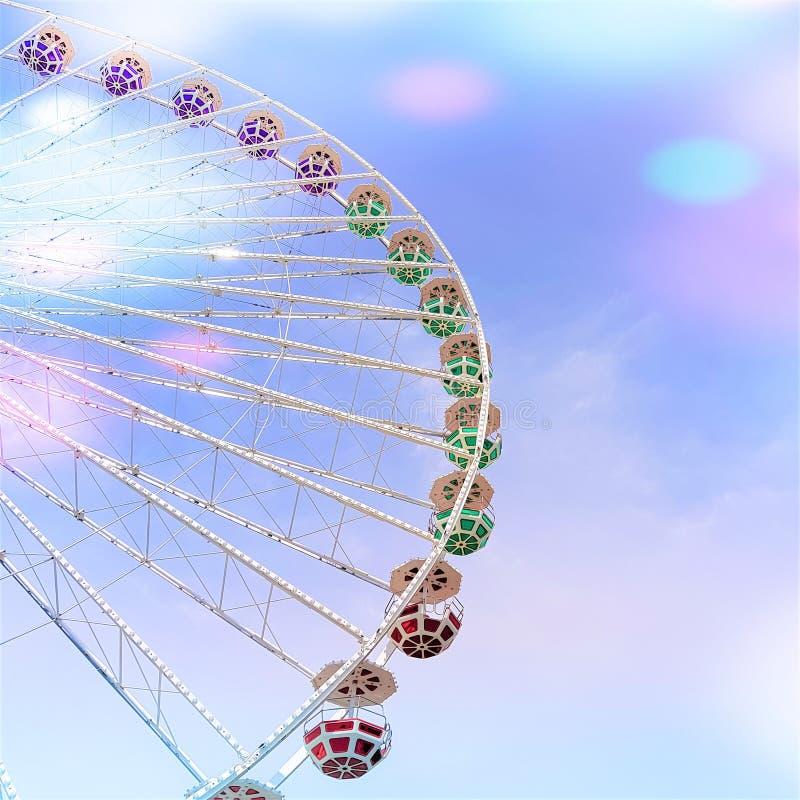 在天空蔚蓝背景的弗累斯大转轮与五颜六色的圈子的 库存照片