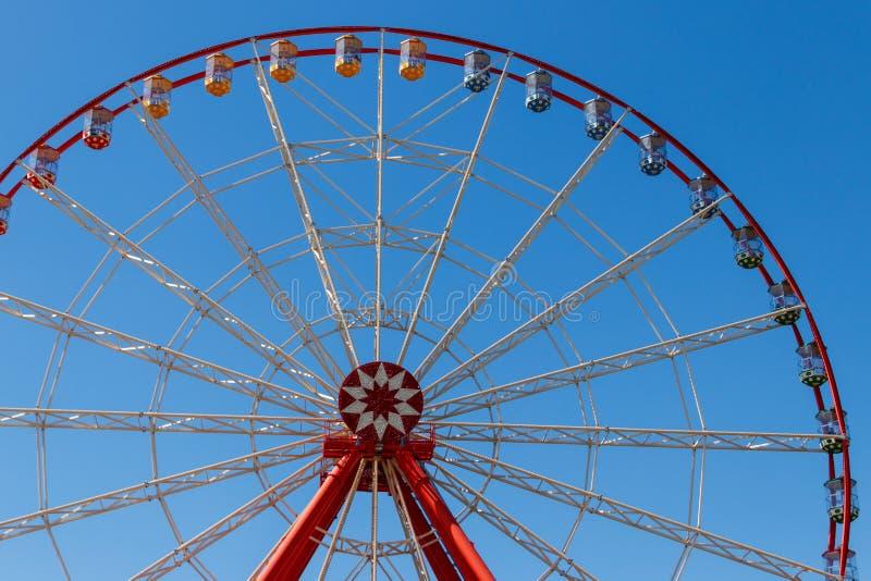 在天空蔚蓝背景的弗累斯大转轮在高尔基公园 哈尔科夫,乌克兰 库存照片