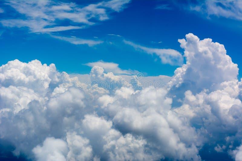 在天空蔚蓝背景的松的云彩 库存照片