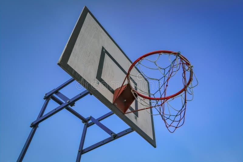 在天空蔚蓝背景的篮球篮子 篮球篮子和委员会天空蔚蓝背景的 免版税库存图片