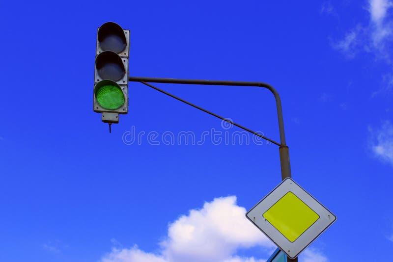 在天空蔚蓝背景的红灯 免版税库存图片