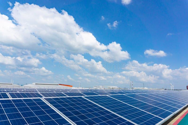 在天空蔚蓝背景,可选择能源概念,C的太阳电池板 免版税库存图片
