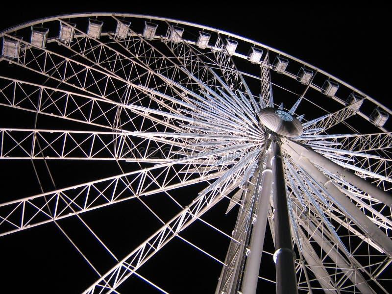 在天空轮子白色的黑暗的ferris晚上 免版税库存照片