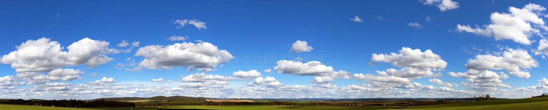 在天空,全景的美丽的云彩 免版税图库摄影