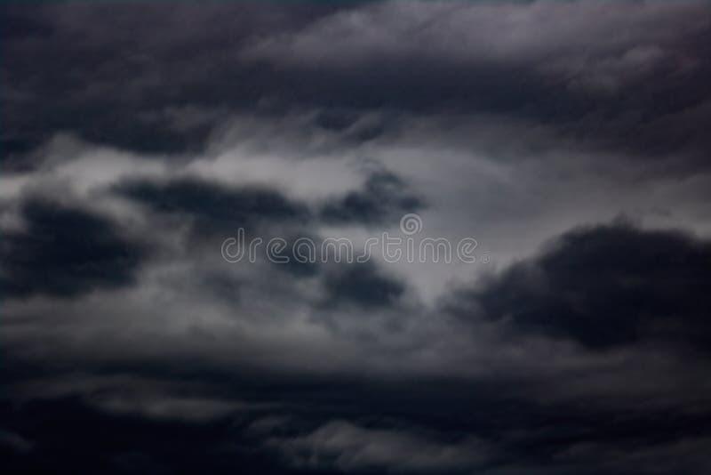 在天空,被弄脏的背景的乌云 库存图片
