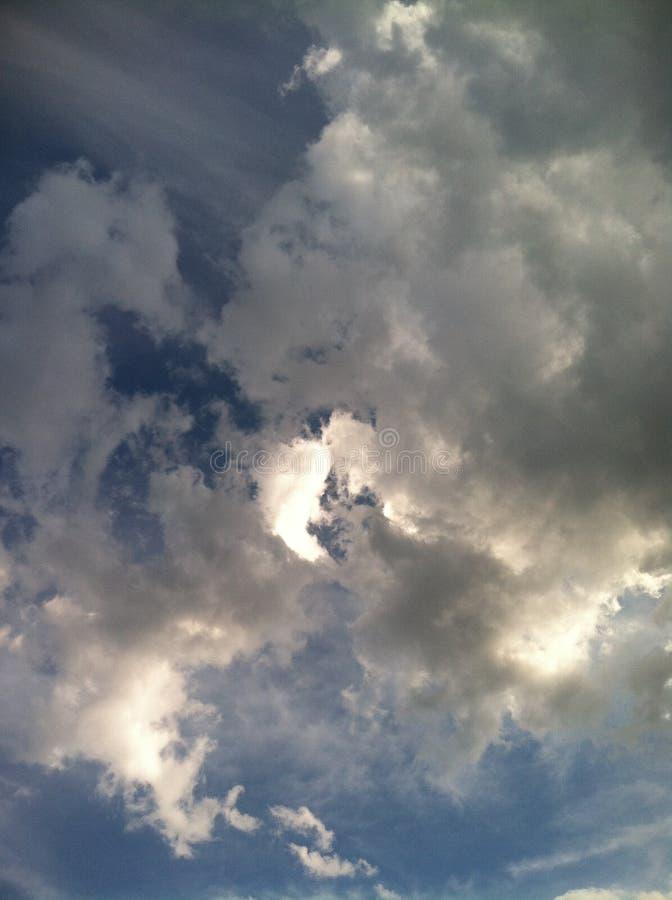 在天空cielo azúl en la atardecer的美丽的蓝色云彩 图库摄影