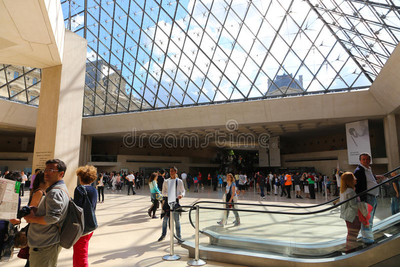 在天窗-巴黎里面的游人 免版税库存照片