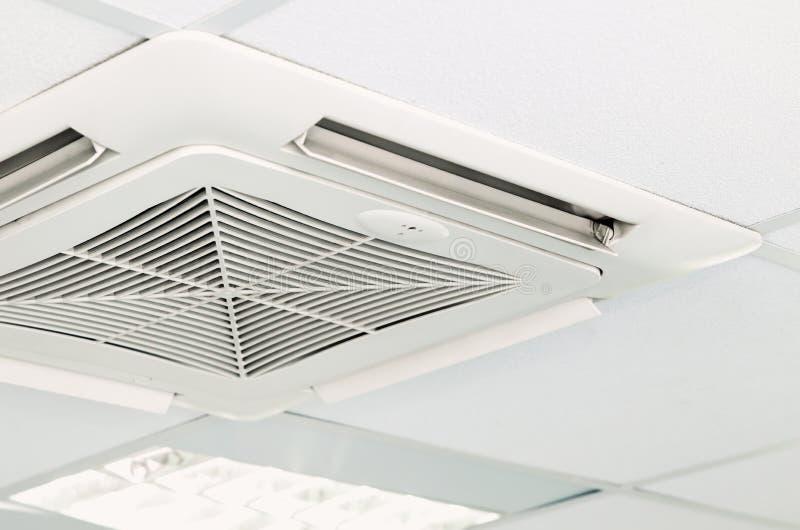 在天花板安装的空调系统 库存图片