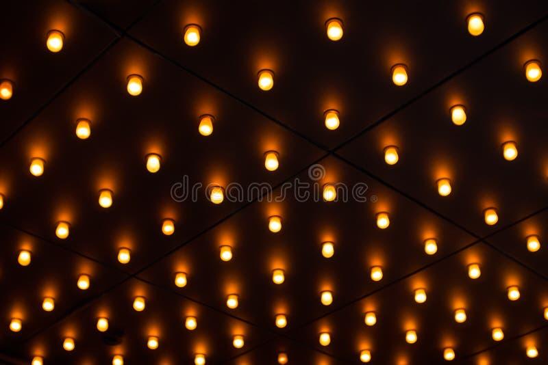 在天花板的不计其数的发光的电灯泡 图库摄影