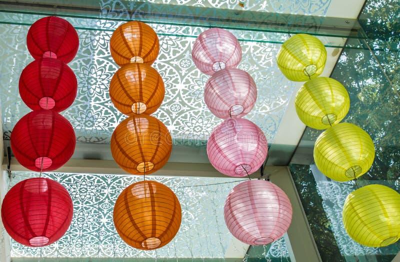 在天花板的五颜六色的日本样式灯笼吊 免版税库存照片