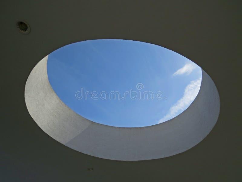 在天花板的孔与天空蔚蓝 免版税库存图片