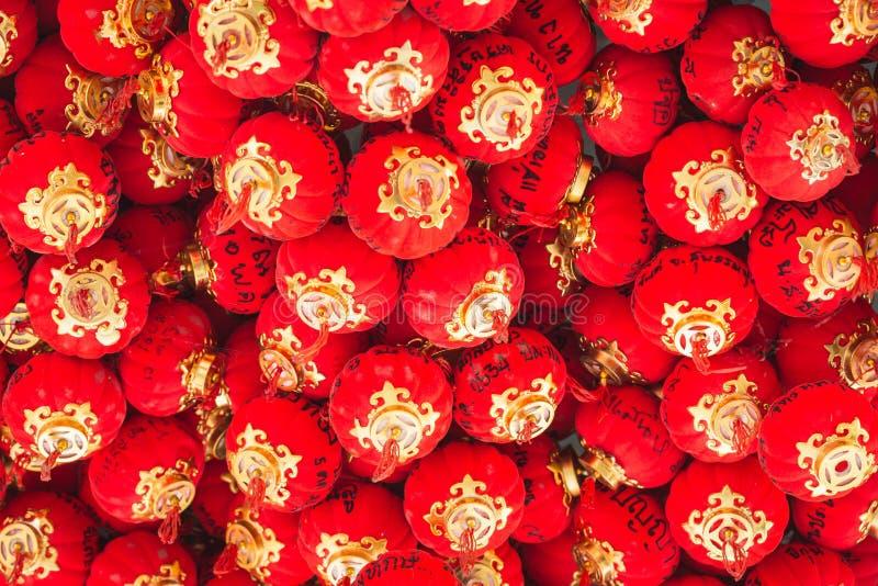 在天花板的红色小中国灯笼吊 图库摄影