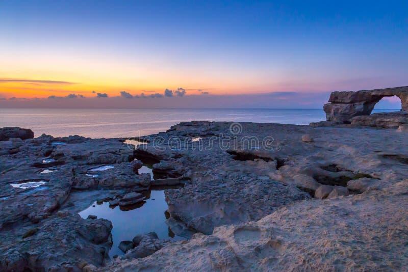 在天蓝色的窗口,戈佐岛海岛,马耳他附近的惊人的日落 免版税库存图片