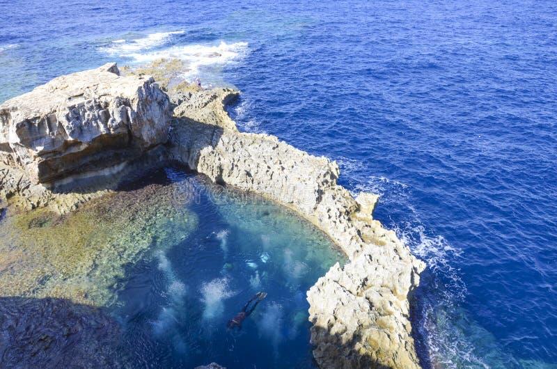 在天蓝色的窗口,戈佐岛,马耳他附近的深刻的蓝色孔 库存照片