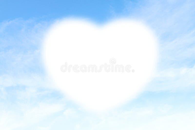 在天蓝色背景的云彩心脏形状白色软性,心形在设计华伦泰贺卡的天空复制空间消息w 库存照片
