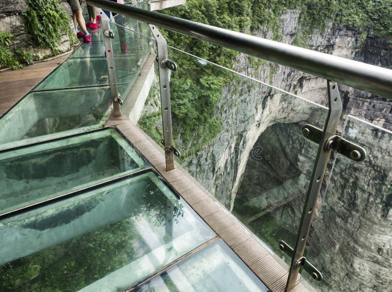 在天门山的峭壁玻璃天空步行,在Zhangjiagie,湖南,中国,亚洲的天堂` s门 库存图片