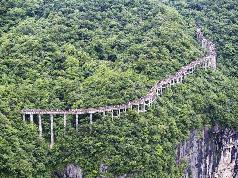 在天门山的扣人心弦走道,在Zhangjiagie,湖南,中国,亚洲的天堂` s门 免版税库存照片