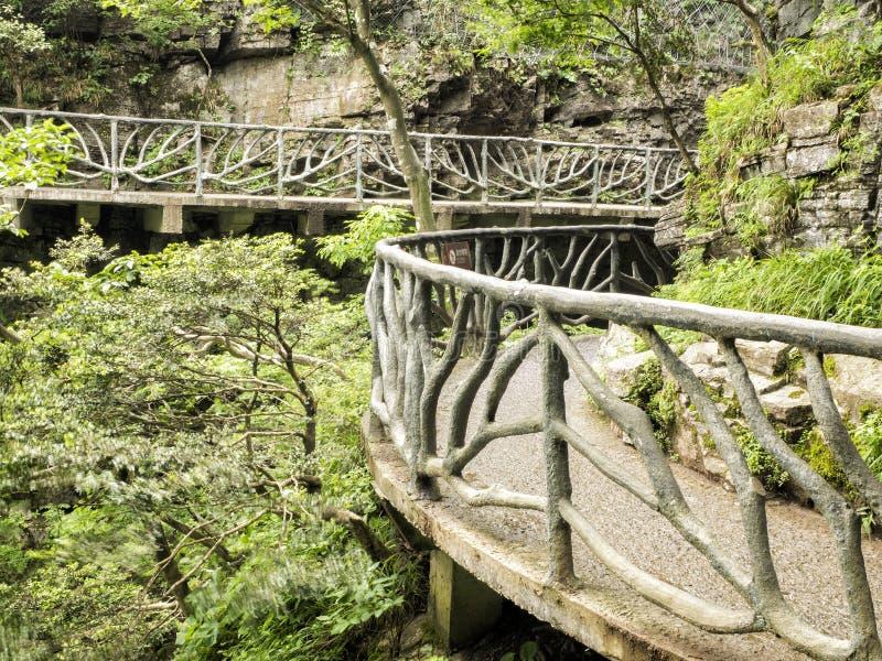 在天门山的扣人心弦走道,在Zhangjiagie,湖南,中国,亚洲的天堂` s门 免版税库存图片