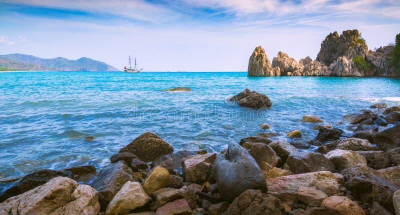在海湾的中世纪风船在地中海天际安塔利亚,凯梅尔,土耳其,lycia美规的宝马2系图片
