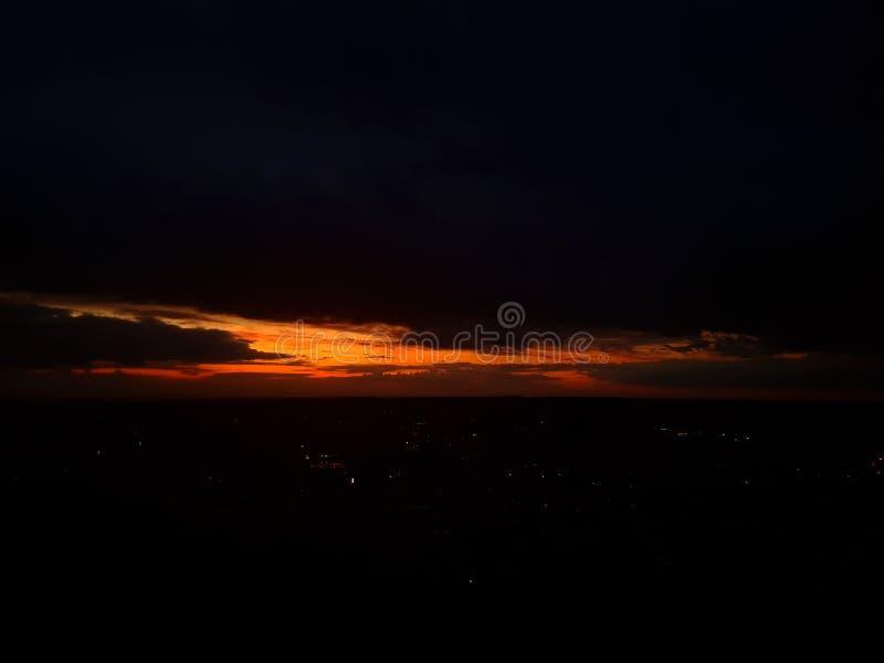 在天际的日落在黑暗 库存照片