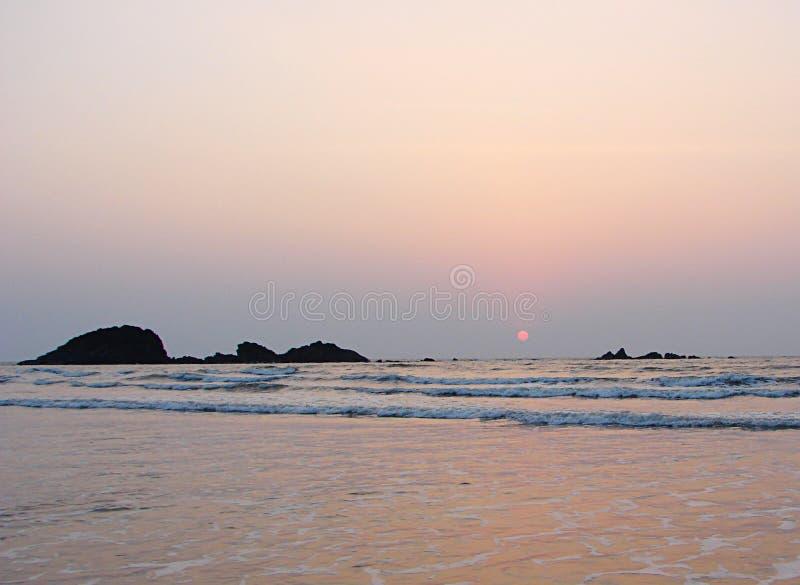 在天际的红色太阳设置在穆扎普皮朗格阿德免下车服务海滩的, Kannur, Karala,印度-自然本底海 免版税图库摄影