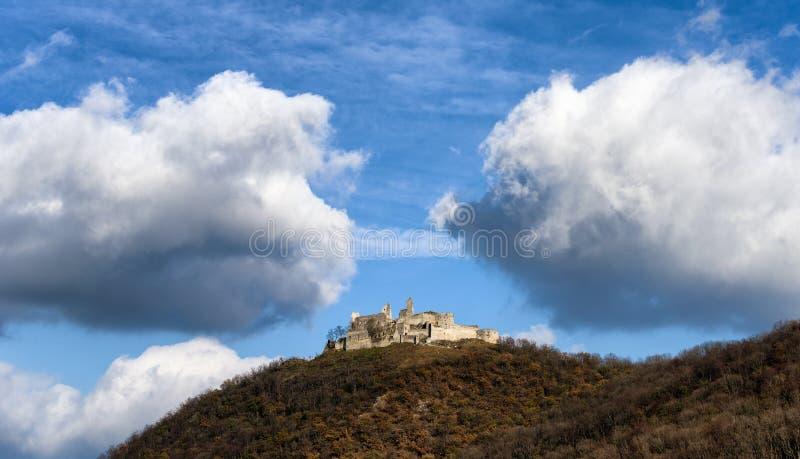 在天际的老城堡 库存图片