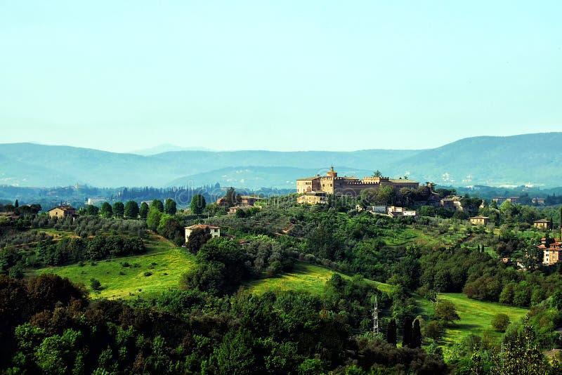 在天际的谷风景老城堡 免版税库存图片