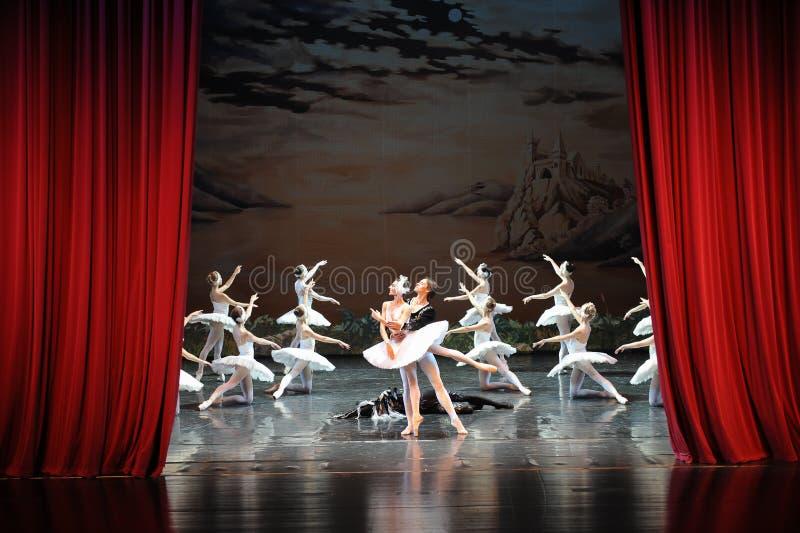 在天鹅湖芭蕾结束时天鹅湖戏剧这为时场面  图库摄影