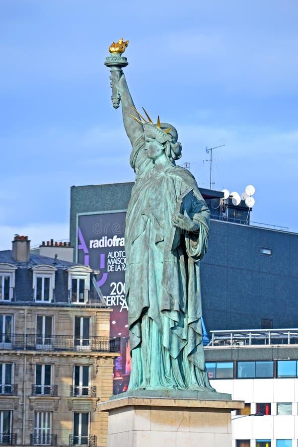 在天鹅的小岛的自由女神像复制品在格勒纳勒桥附近的在巴黎,法国, 免版税库存照片