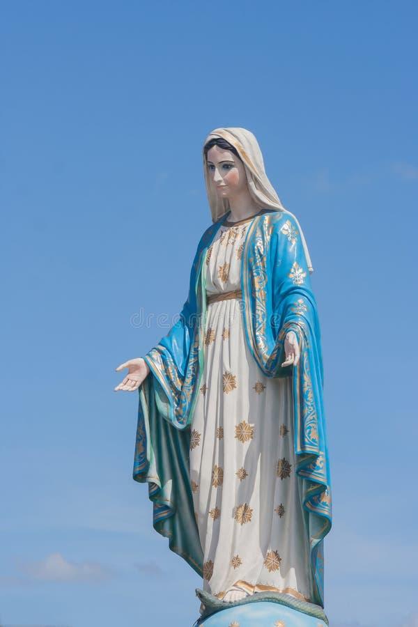 在天主教主教管区前面的保佑的圣母玛丽亚,公共场所在庄他武里 库存图片