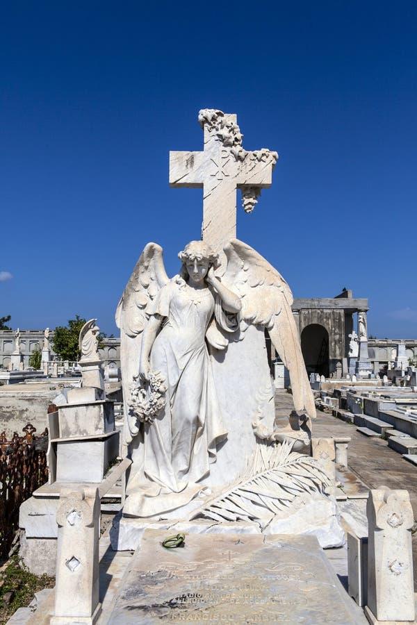 在天主教Cementerio la女王公墓的富有的装饰的坟墓在西恩富戈斯,古巴 库存照片