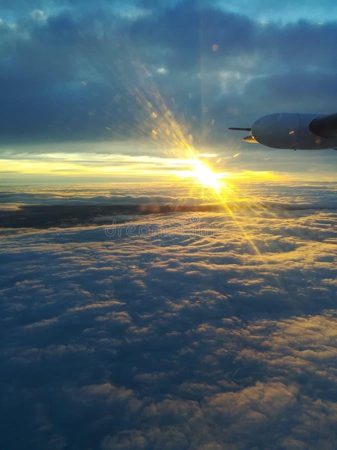 在太平洋的飞行日落 库存图片