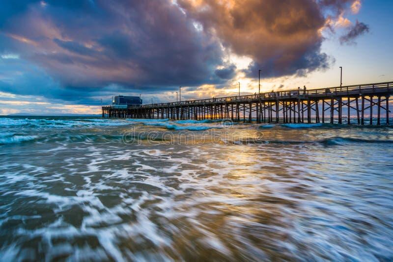 在太平洋和纽波特码头的波浪 免版税库存照片