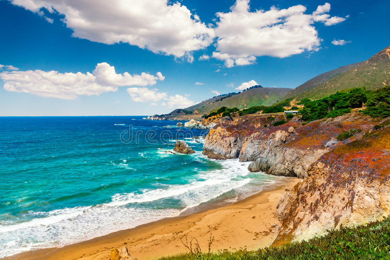 在太平洋海岸高速公路1的美好的海岸线风景在旅行南部到洛杉矶,加利福尼亚的美国西海岸 库存照片
