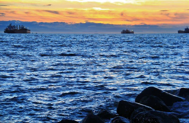 在太平洋的日落从英吉利湾,温哥华市中心,不列颠哥伦比亚省 免版税库存照片