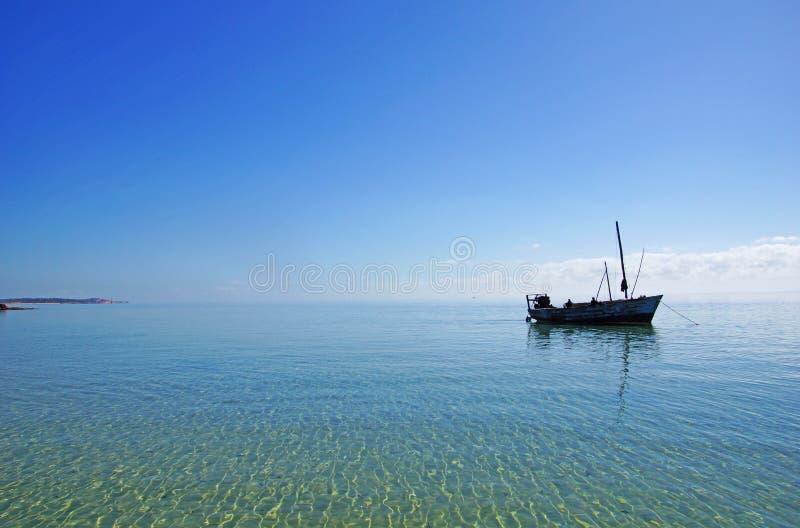 在太平洋的浅水区的渔船 免版税库存图片