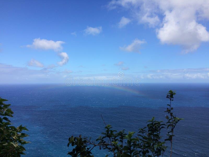 在太平洋-从Kalalau足迹的看法上的彩虹在考艾岛海岛,夏威夷上的Na梵语海岸 库存照片