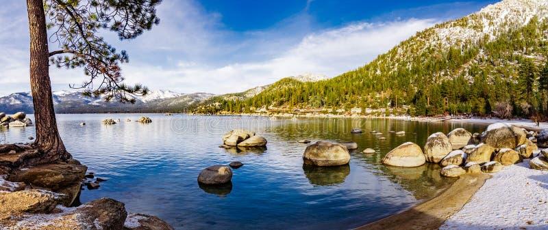 在太浩湖海岸线的晴朗的冬日,沙子港口国家公园,山脉山,内华达 免版税库存照片