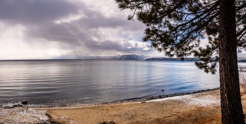 在太浩湖海岸线的风雨如磐的冬日,山脉山,加利福尼亚 库存图片
