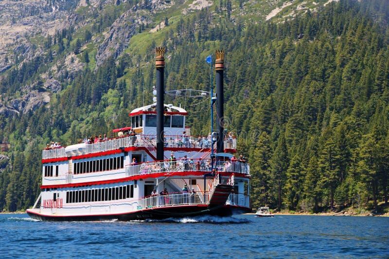 在太浩湖的白天风景巡航 免版税库存图片