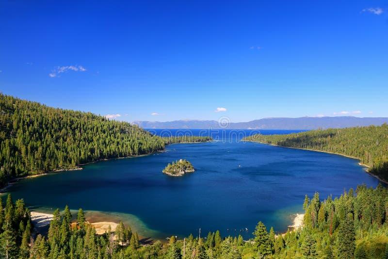 在太浩湖的鲜绿色海湾有Fannette海岛的,加利福尼亚,美国 库存图片