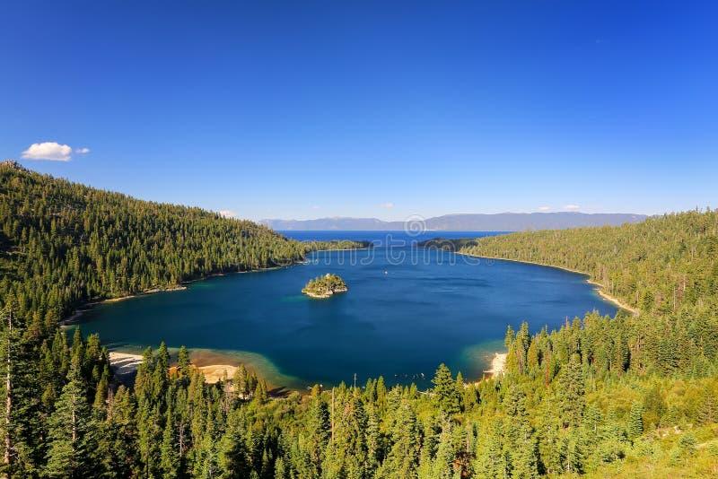 在太浩湖的鲜绿色海湾有Fannette海岛的,加利福尼亚,美国 库存照片