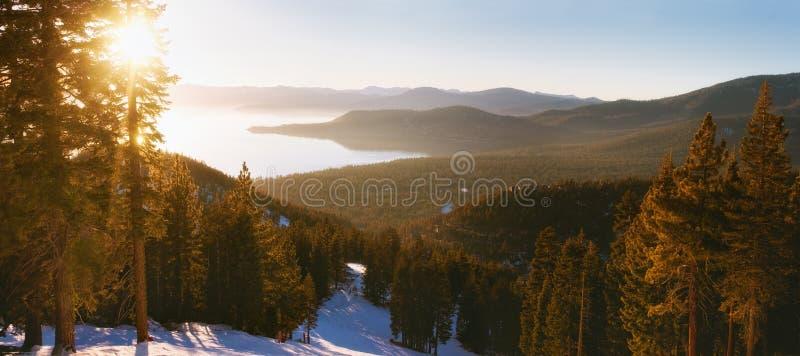 在太浩湖滑雪胜地的日落 免版税库存照片