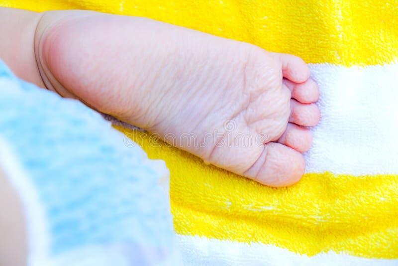 在太长的浴以后的起皱纹的脚新出生的脚鞋底 免版税库存照片