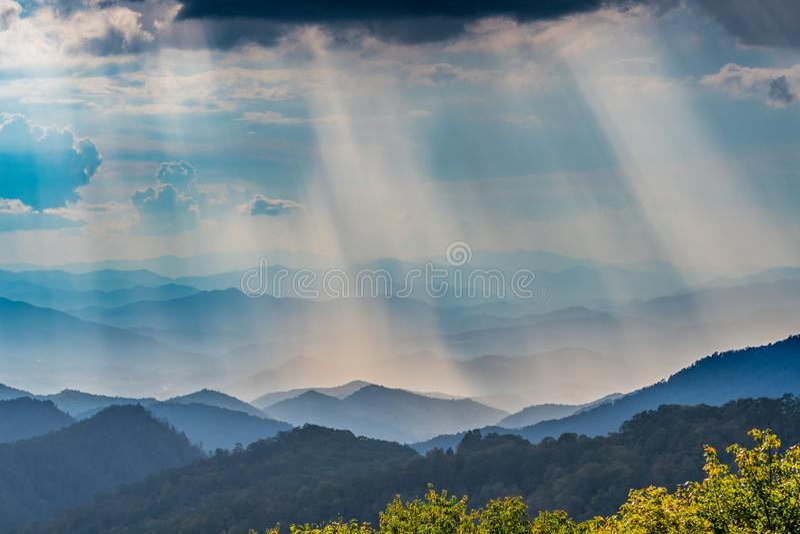 在太阳上的云彩发出光线发光在蓝岭山脉 免版税库存图片