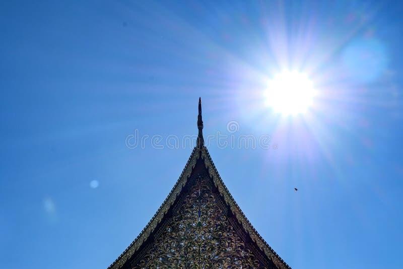 在太阳下的寺庙屋顶 库存图片