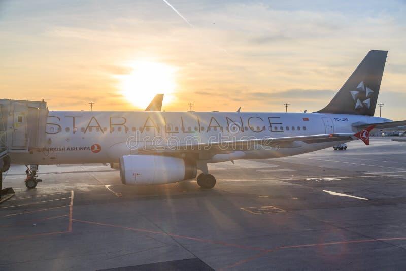 在太阳前面的土耳其航空飞机在ataturk机场 免版税图库摄影