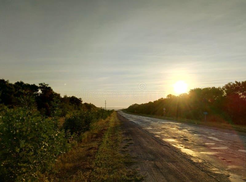 在太阳的盲目的光芒的下早旅行 免版税图库摄影