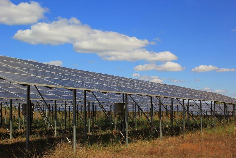 在太阳能发电厂的太阳电池板天空蔚蓝的 库存图片